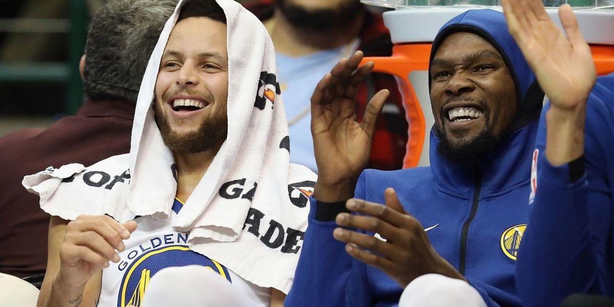 Trois premiers tiers-temps pour soigner ses statistiques et un quatrième pour se reposer. Stephen Curry (à gauche) a bien rigolé au côté de Kevin Durant.