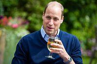 dpatopbilder - 03.07.2020, Großbritannien, Norfolk: Prinz William, Herzog von Cambridge, hält ein Glas mit Aspalls Cidre bei seinem Besuch im Pub «The Rose and Crown» im Dorf Snettisham. Foto: Aaron Chown/PA Wire/dpa +++ dpa-Bildfunk +++