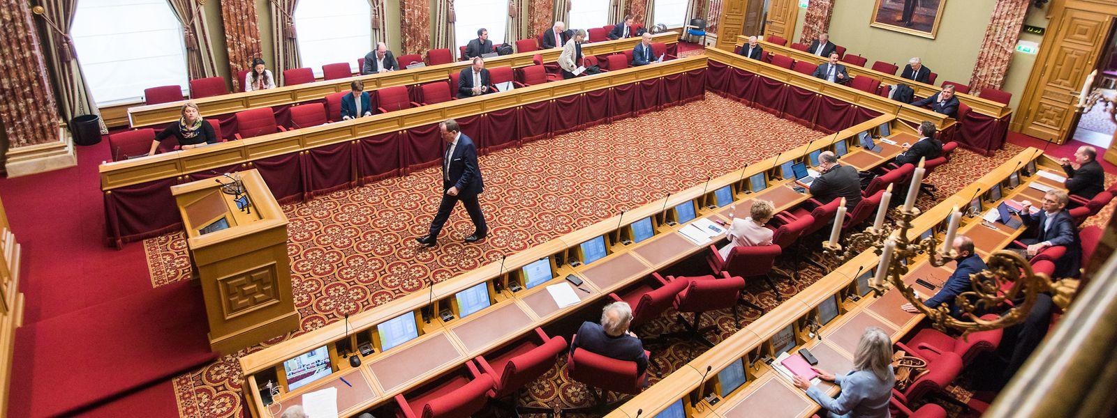 Im Parlament blieben die Abgeordneten auf Distanz und waren sich dennoch einig: Das Notstandsgesetz wurde mit 56 Stimmen angenommen.