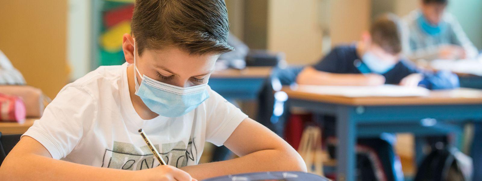 Abgesehen von der Zusammenlegung der Gruppen soll sich nichts ändern. Das bedeutet, dass die Schüler in der Klasse keinen Mundschutz tragen müssen, auch wenn der Abstand weniger als zwei Meter ist.