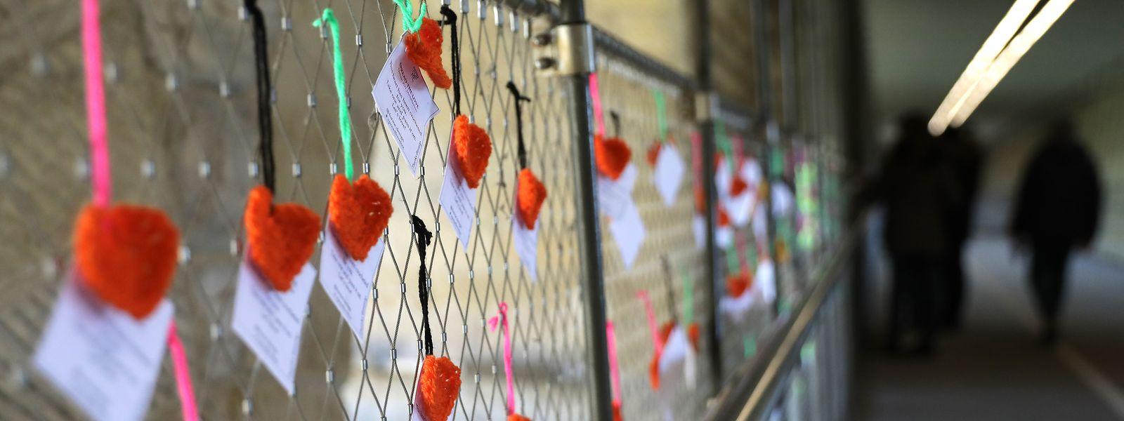 """In seiner parlamentarischen Frage bezieht sich Jeff Engelen (ADR) unter anderem auf die Aktion unter dem Motto """"Spread the Love"""" an Valentinstag. Zwischen den Herzen waren auch Vorhängeschlösser zu sehen, die von jungen Paaren dort als Zeichen der Liebe montiert wurden."""