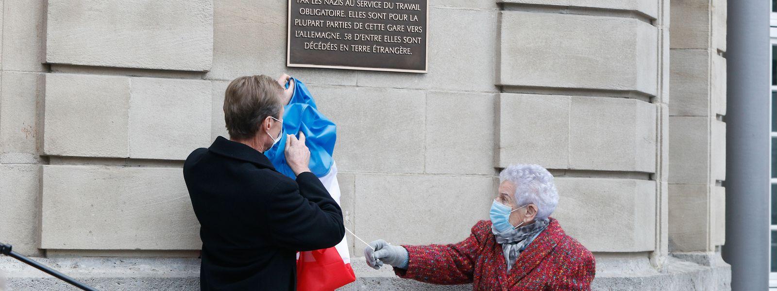 Großherzog Henri und die heute 96 Jahre alte Maisy Ginter-Bonichaux, die die Verschleppung am eigenen Leib erlebte, enthüllten die Gedenktafel.