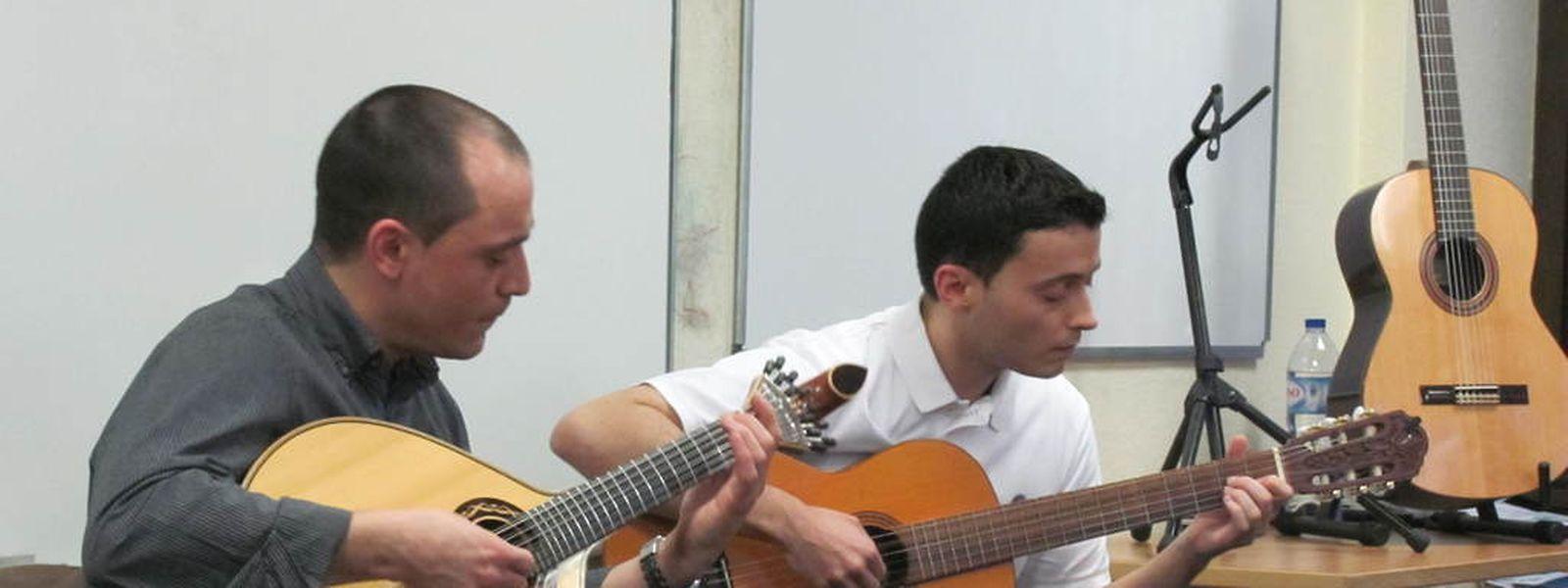 Pedro Quintas, à esquerda, diz-se apaixonado pela guitarra portuguesa
