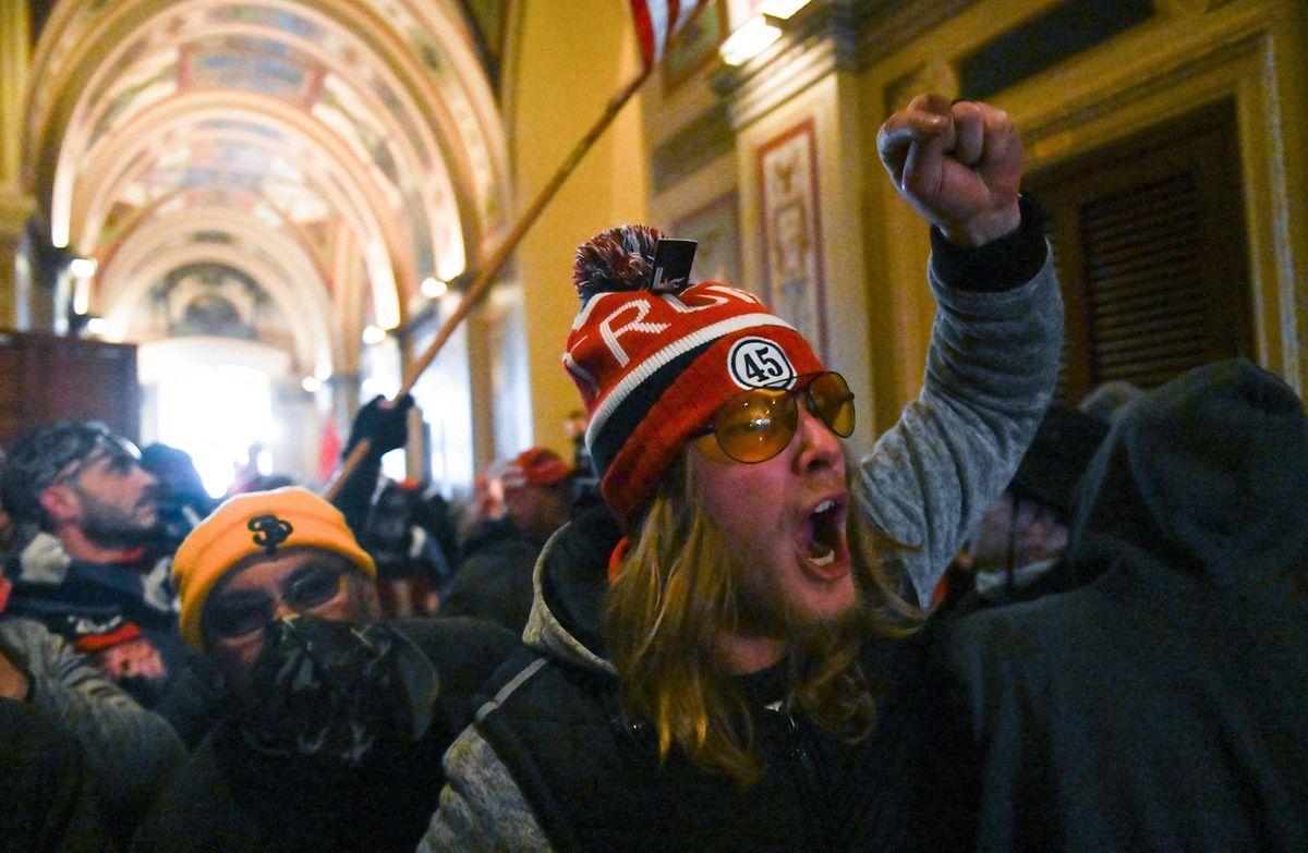 Demonstranten schreien in den Gängen des Kapitols.