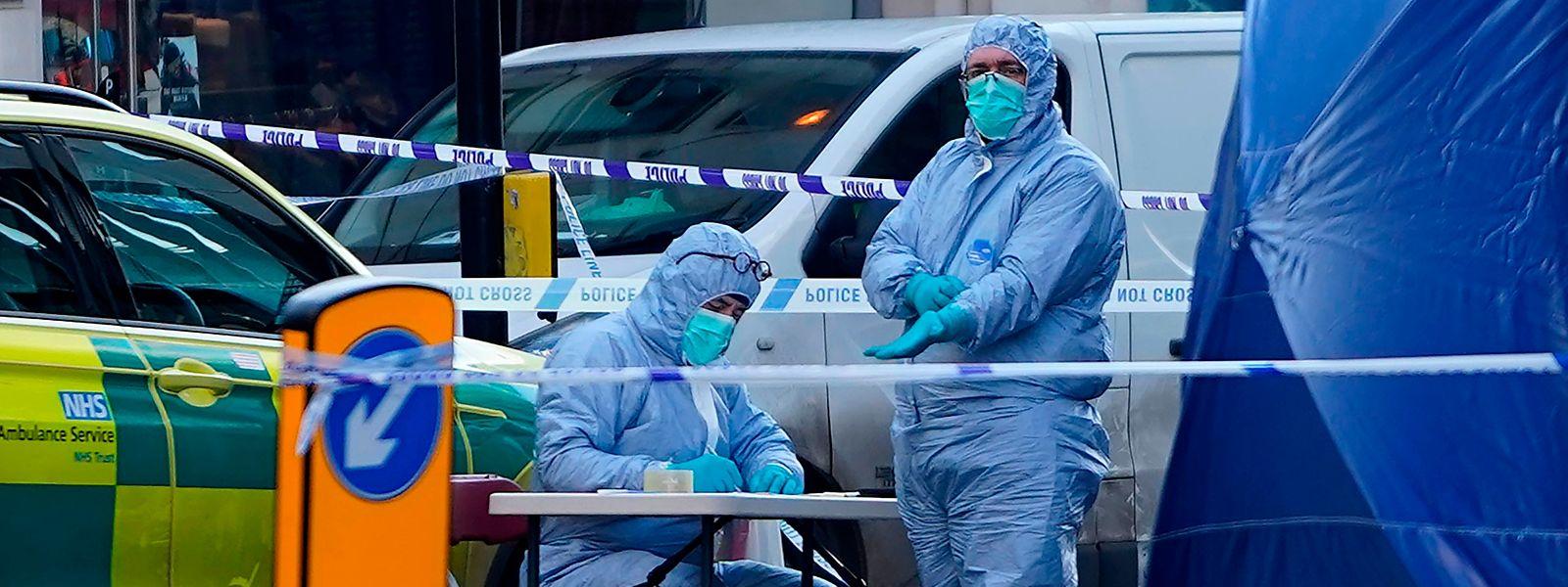 Forensiker untersuchten auch am Samstag noch akkribisch den Tatort.