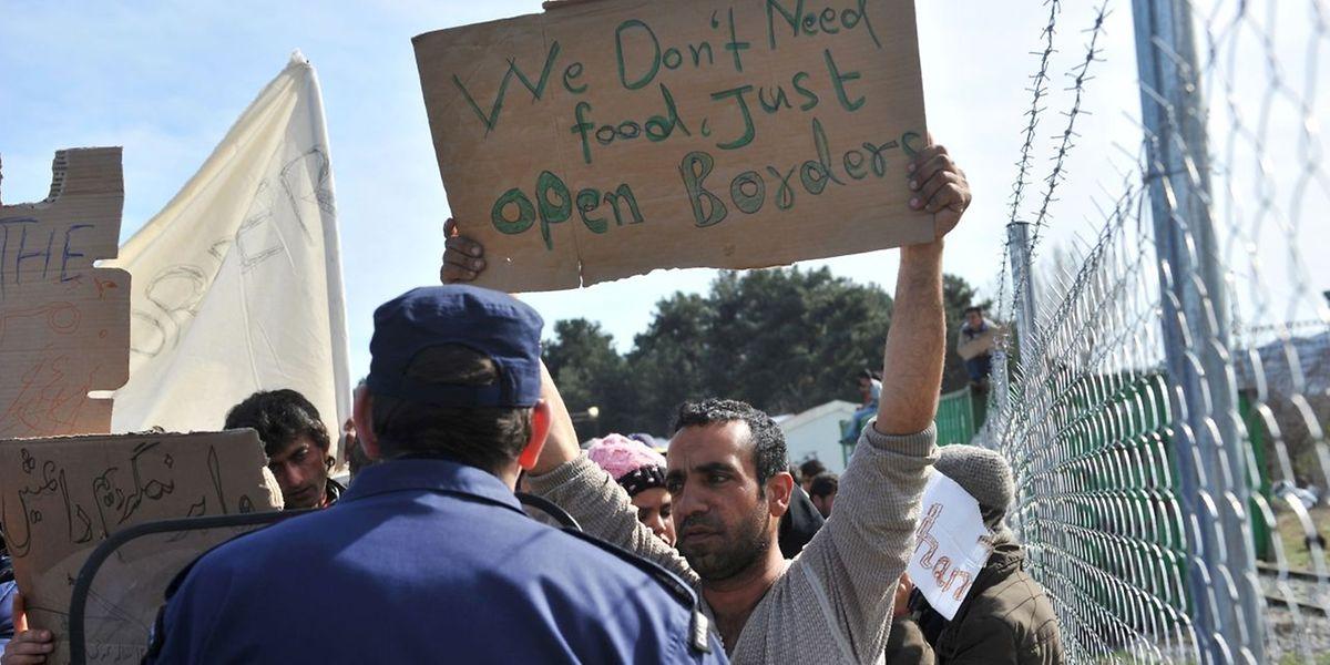 Afghanische Flüchtlinge protestieren gegen die Schließung der mazedonisch-griechischen Grenze.