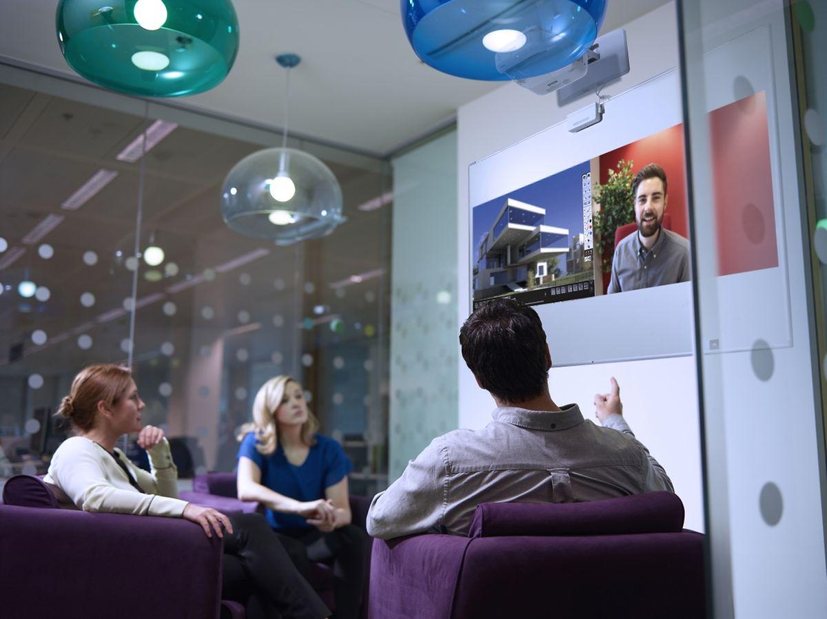 Büro-Oberklasse für Business-Kunden: Der Ultrakurzdistanzprojektor EB-1430Wi von Epson kostet gut 2850 Euro, bietet dafür aber auch Features wie interaktive Fingergestensteuerung direkt auf dem projizierten Bild oder Drucken ohne PC.
