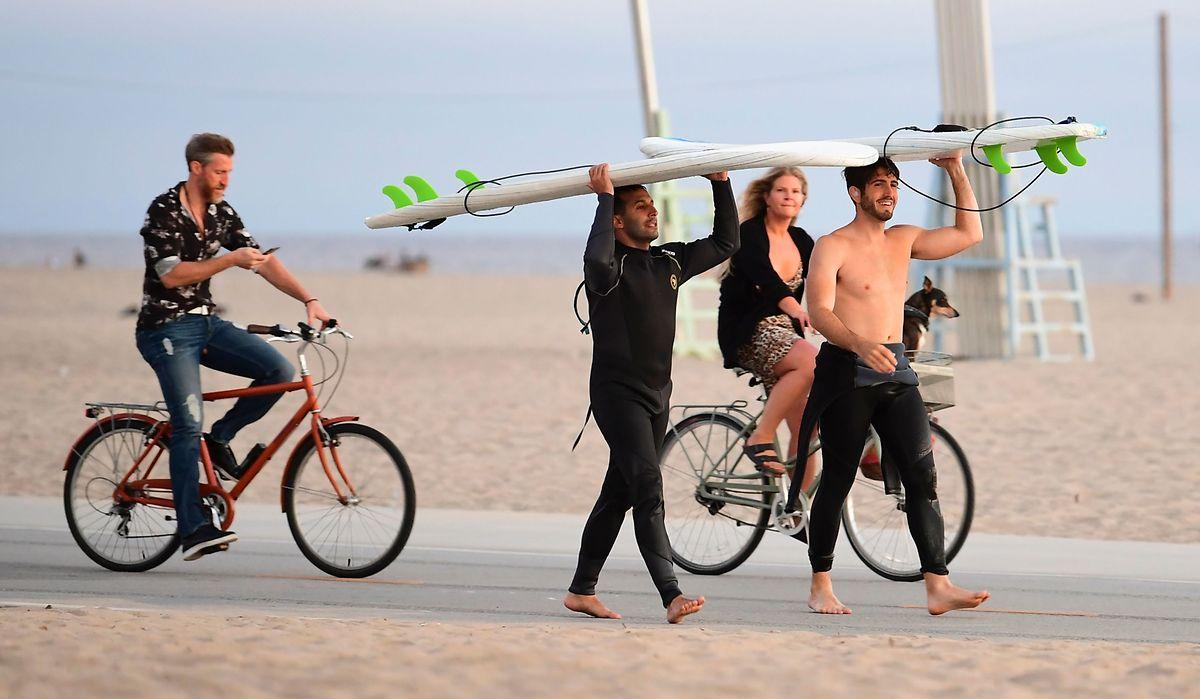 Surfer und Radfahrer am Santa Monica Beach in Kalifornien: Die Strände von Los Angeles werden am Wochenende wieder geschlossen.
