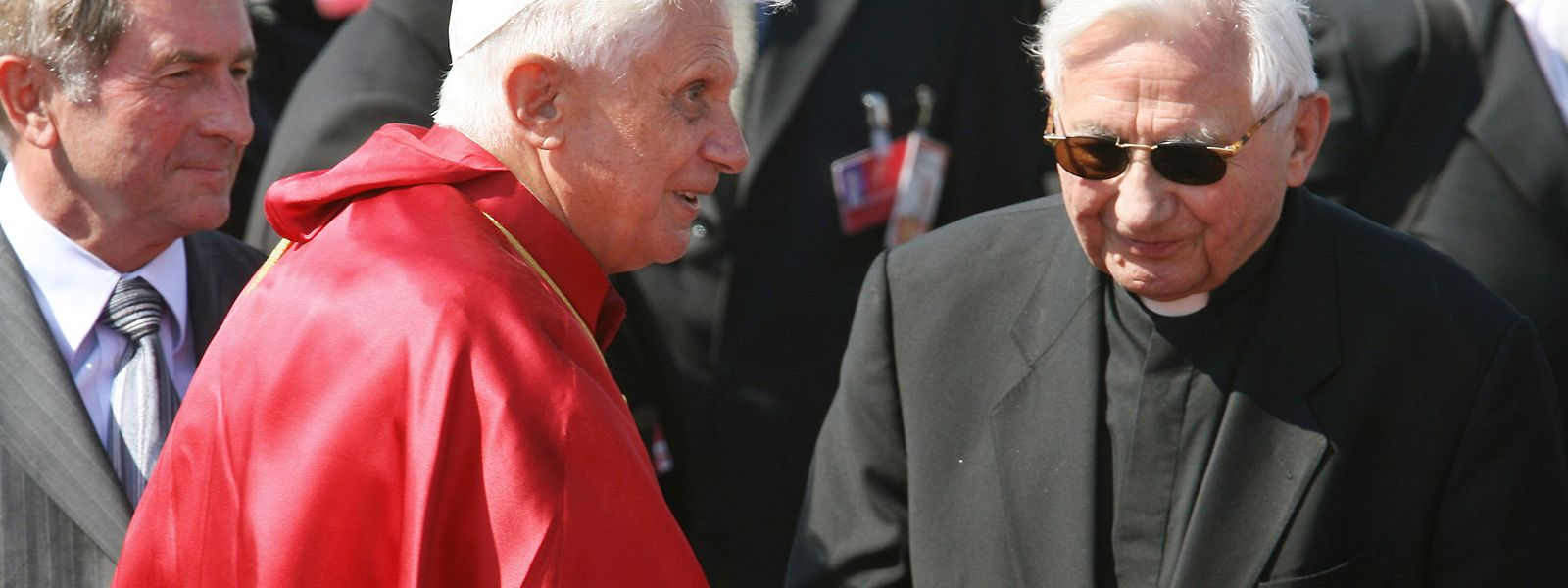 Der ehemalige Papst Benedikt XVI (L) mit seinem Bruder Georg Ratzinger (R) im Jahr 2006.