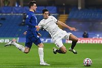 CORRECTION - Rennes' Moroccan defender Naif Aguerd (R) challenges Chelsea's English midfielder Mason Mount (L) during the UEFA Champions League Group E football match between Chelsea and Rennes at Stamford Bridge in London on November 4, 2020. (Photo by NEIL HALL / POOL / AFP) / �The erroneous mention[s] appearing in the metadata of this photo by NEIL HALL has been modified in AFP systems in the following manner: [Rennes' Moroccan defender Naif Aguerd] instead of [Rennes' French midfielder Eduardo Camavinga]. Please immediately remove the erroneous mention[s] from all your online services and delete it (them) from your servers. If you have been authorized by AFP to distribute it (them) to third parties, please ensure that the same actions are carried out by them. Failure to promptly comply with these instructions will entail liability on your part for any continued or post notification usage. Therefore we thank you very much for all your attention and prompt action. We are sorry for the inconvenience this notification may cause and remain at your disposal for any further information you may require.�