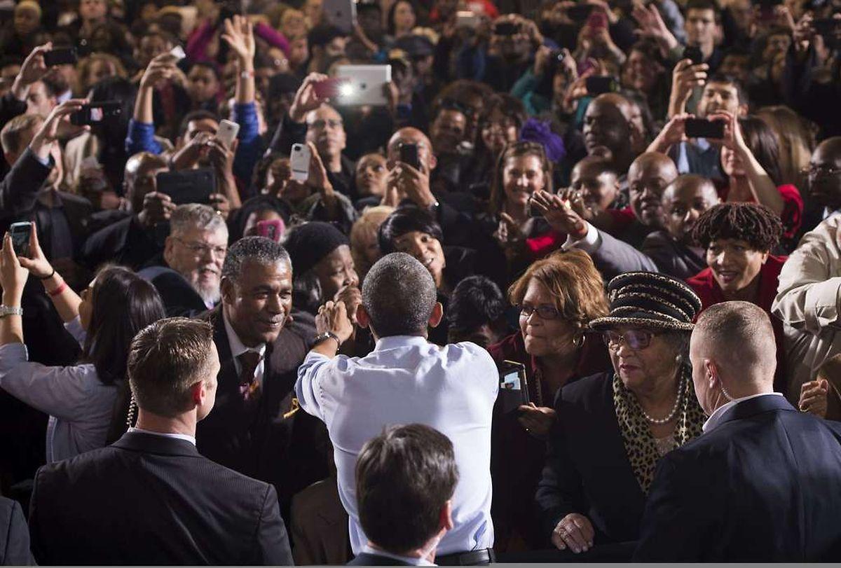 Im Wahlkampf:  US-Präsident Barack Obama schüttelt Hände von Unterstützern nach einer Rede im Rahmen der Wahlkampagne in Detroit, Michigan.