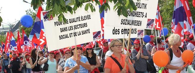 90 Arbeitsplätze will die Geschäftsführung von Hëllef Doheem abbauen. Aus Solidarität mit den betroffenen Mitarbeitern nahmen rund 800 Personen an der Demo der Gewerkschaften teil.