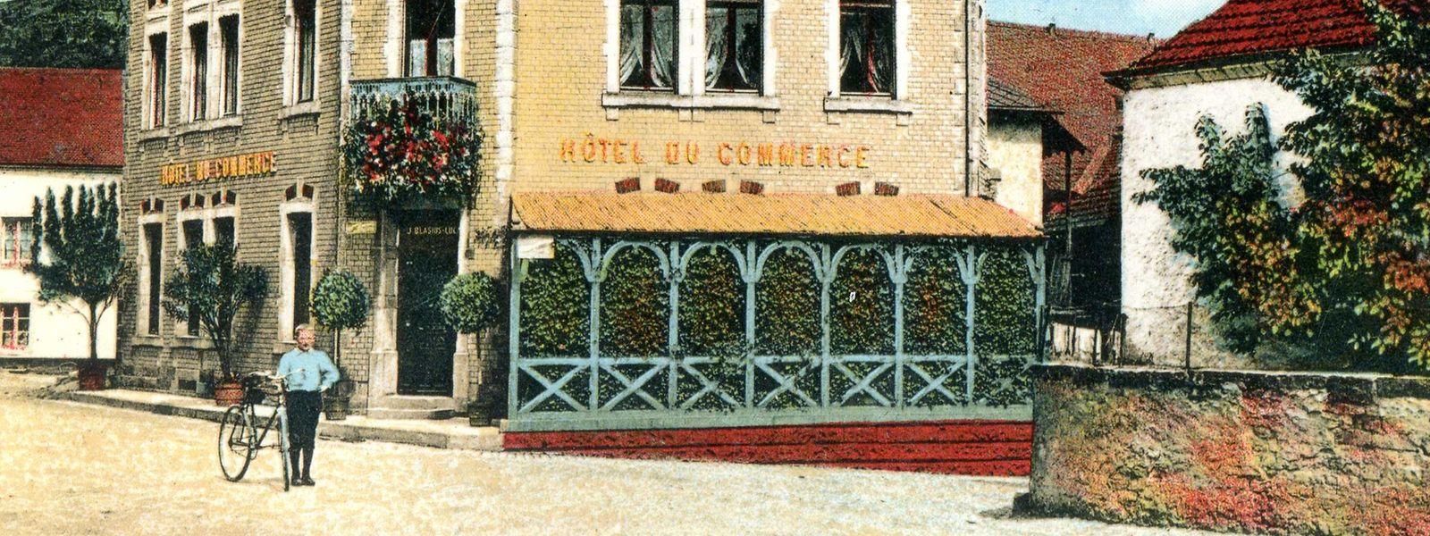 Gastwirt Hennes Blasius 1918 mit einem topmodernen Fahrrad. Rechts, gegenüber dem Hotel, ist seine Brennerei zu sehen.