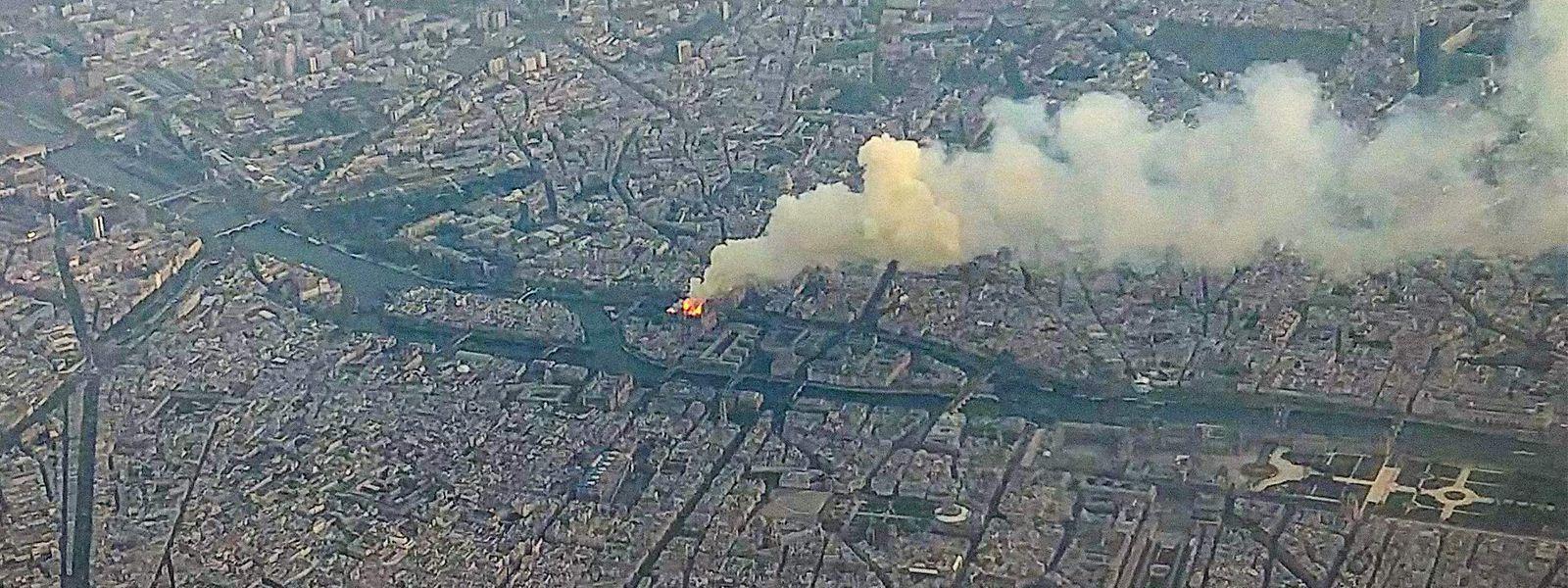 Une photo prise d'avion le 15 avril 2019 lorsque la cathédrale de Paris brûle.