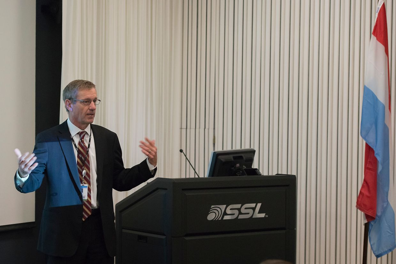 (de g. à dr.) Dr. Paul Estey, vice-président ingénierie & opérations, Space Systems Loral (SSL)