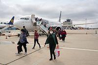 Rund 160 rumänische Erntehelfer steigen am Flughafen Hahn aus einer Maschine.