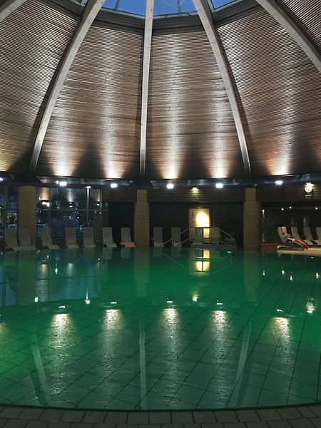 In der Crucenia Therme kann man sowohl in üblichem Wasser schwimmen, als auch im Solewasser entspannen.
