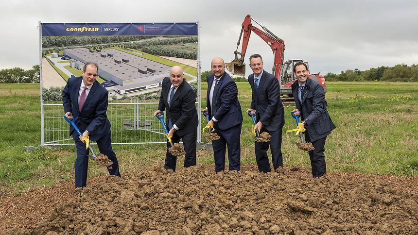 Entouré par le nouveau patron de Goodyear Luxembourg à sa droite et par le grand patron du groupe, Etienne Schneider a donné le premier coup de pelle d'une usine innovante qui doit commencer à produire au second semestre 2019