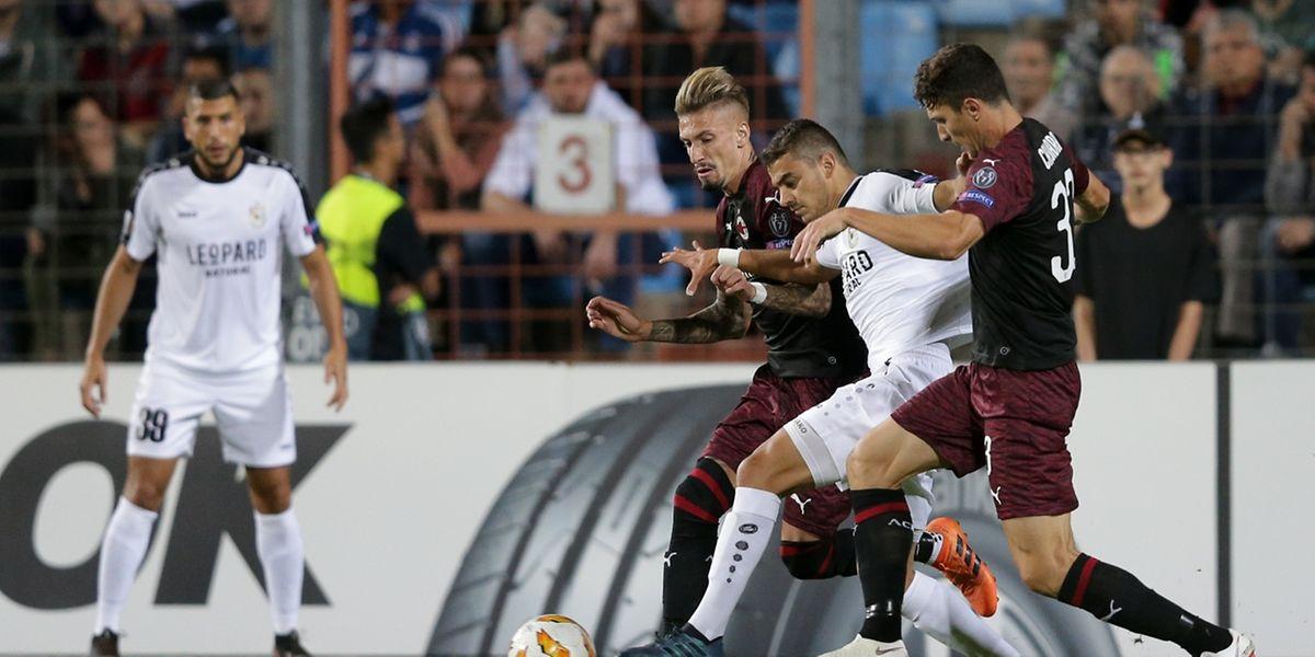 Danel Sinani tente de s'infiltrer entre Samuel Castillejo et Mattia Caldara. Dudelange n'a pas manqué de culot.