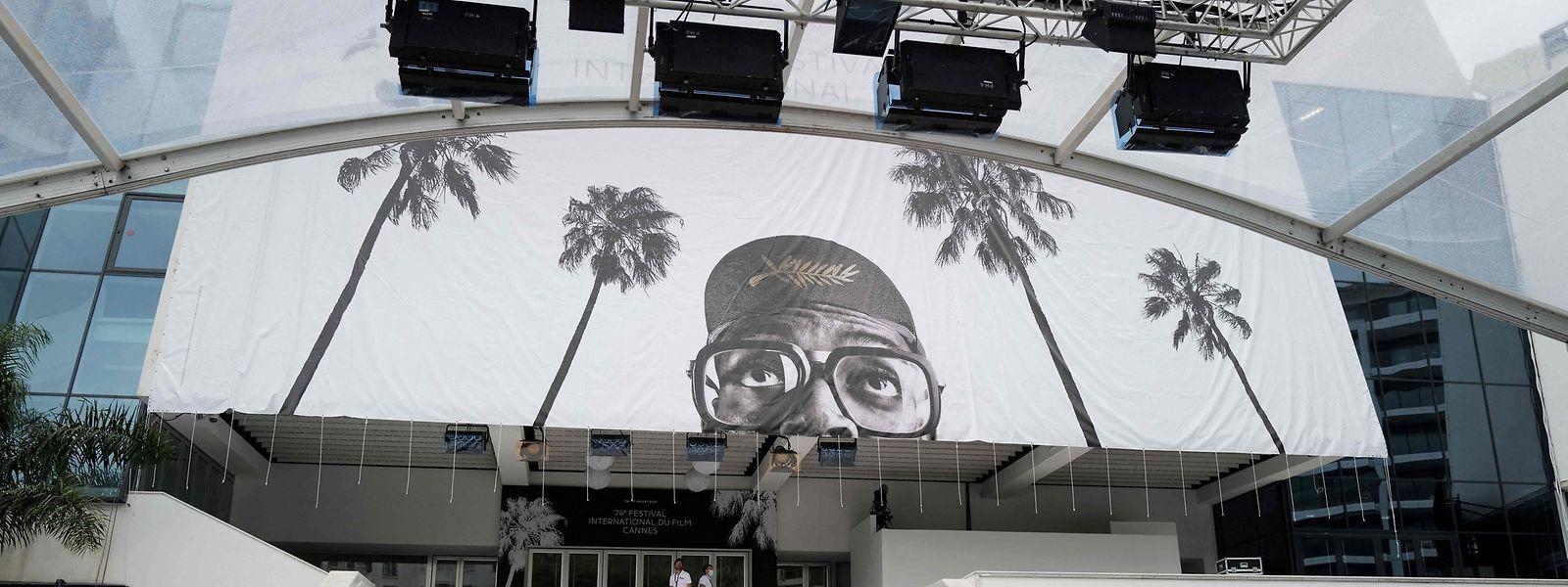 Arbeiter hissen ein riesiges Banner am Palais des Festivals et des Congrès in Cannes, vor dem Beginn der 74. Filmfestspiele von Cannes am Dienstag.