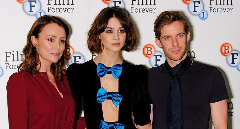 """mma Appleton (Mitte) spielt die Hauptrolle """"Feef Symonds"""" an der Seite von Keeley Hawes (l.) undLuke Treadaway (r.)."""