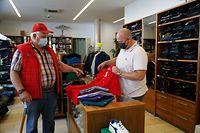 Der Kunde ist König: Im Traditionshaus Jager in Ettelbrück zeigt sich Inhaber Marc Jager (r.) zufrieden mit dem erzielten Umsatz.