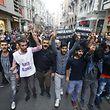 Tausende Menschen protestierten am Samstag in Istanbul und anderen Städten gegen die Regierung.