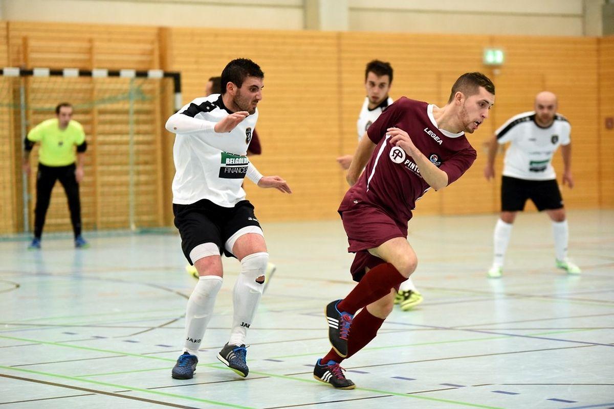 Rafael Pinto (Futsal Wilwerwiltz, en blanc) auteur de quatre buts,face à André Silva et les 58 Boys Garnich.