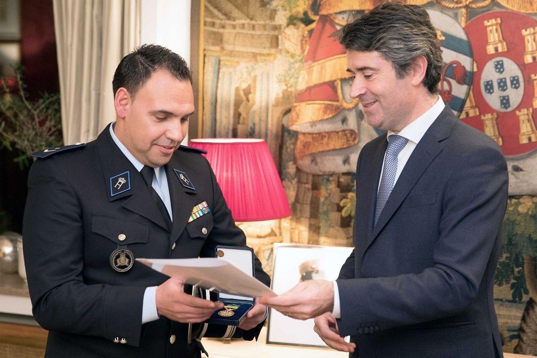 Davide Sousa recebe o diploma que atesta a atribuição da medalha de mérito das comunidades.