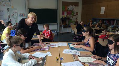 Pascale Link und ihre Vereinskollegen sind jeden Tag in Schulen unterwegs, um Kindern zu zeigen, was es bedeutet, blind zu sein. Mithilfe von Simulationsbrillen erfahren die Schüler, wie sich eine Sehbehinderung oder Blindheit anfühlt.
