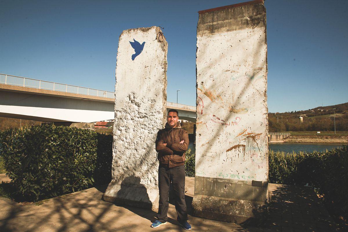Sérgio Amaral, junto a um pedaço do muro de Berlim que existe na frente ribeirinha de Schegen.