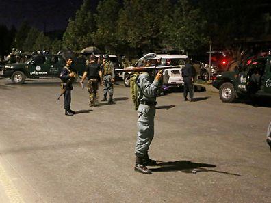 Afghanische Polizisten sichern den Tatort ab.