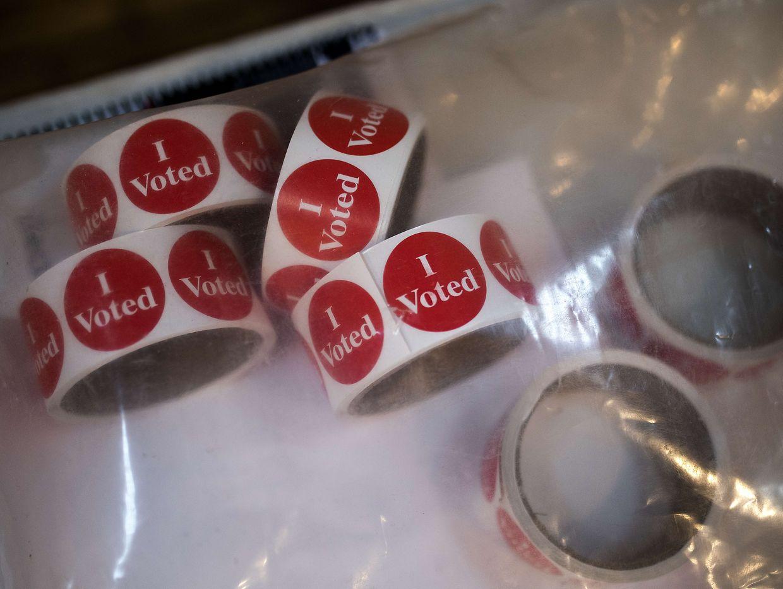"""Wählen ist in den USA mit höhreren bürokratischen und logistischen Hürden verbunden als hierzulande. Der Sticker """"I voted"""", den Wählerinnen und Wähler nach der Stimmabgabe erhalten, wird daher mit Stolz getragen."""
