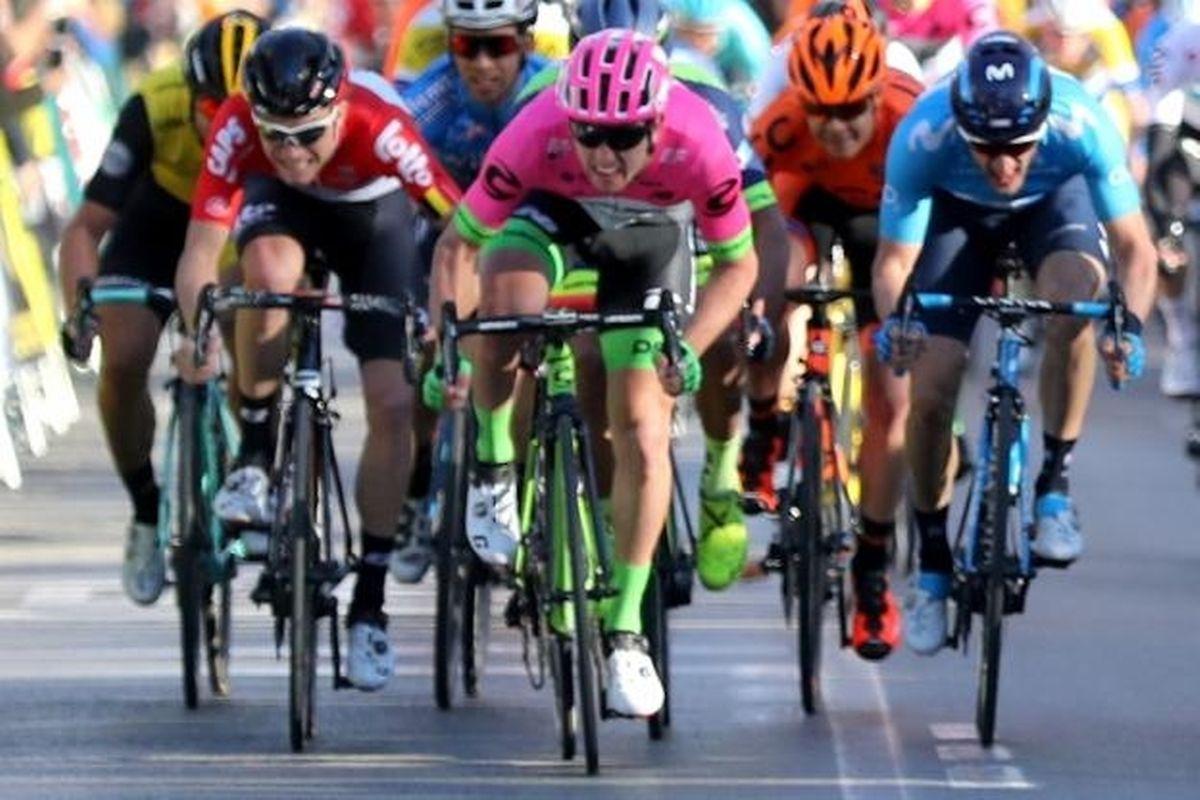 Sacha Modolo (en rose, au centre) règle le sprint devant Carlos Barbero (Movistar, en bleu à dr.)