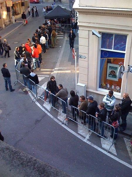 Lange Schlangen in der Oberstadt zum Verkaufsstart am 26. September 2008.