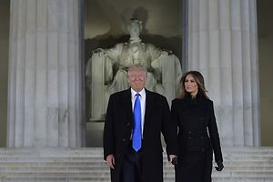 TOPSHOT - US President-elect Donald Trump and his wife Melania arrive to attend an inauguration concert at the Lincoln Memorial in Washington, DC, on January 19, 2017. / AFP PHOTO / MANDEL NGAN