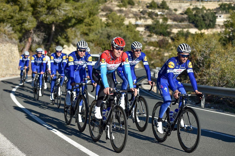 Bob Jungels (vorne links) und Julian Alaphilippe (F) mit ihrem Team Quick-Step Floors beim Training in Spanien.