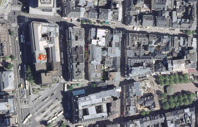 Vue satellite datant de 2013 : l'ensemble détruit, à l'exception du n°49 et, pour l'instant, de la tour, se trouve en haut à gauche sur la photo. En bas, à droite de l'ancienne gare de bus, l'Hôtel des Postes.