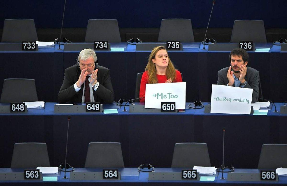 La députée européenne allemande Terry Reintke affiche une pancarte #MeToo lors du débat à Strasbourg le 25 octobre