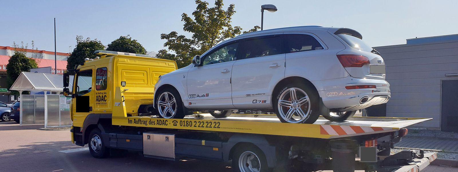 Der beschlagnahmte SUV des Delinquenten steht auf der Ladefläche eines Abschleppwagens.
