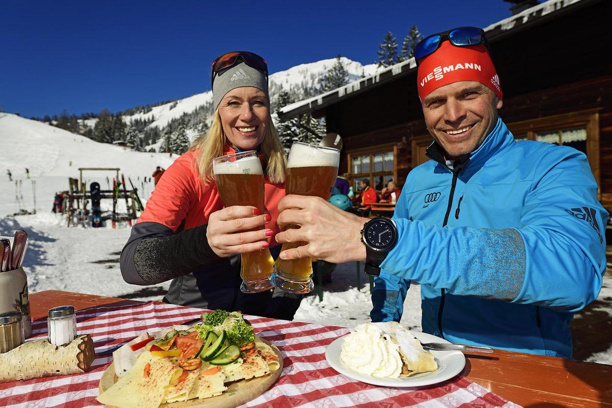 Hüttenjause auf der Wildalm im Heutal (Salzburger Land): Das Ehepaar Angerer lässt sich das Weißbier schmecken.