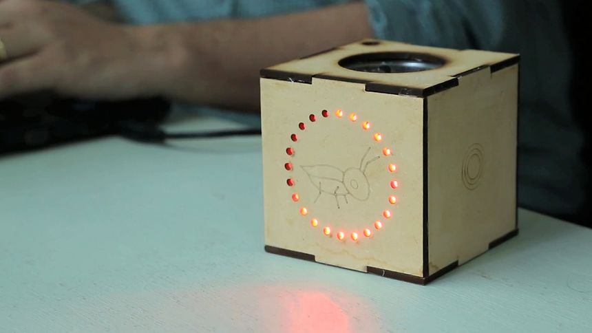 Le «Grillo» est un petit boîtier sur lequel clignote un cercle de points qui fait retentir une alarme avant une secousse.