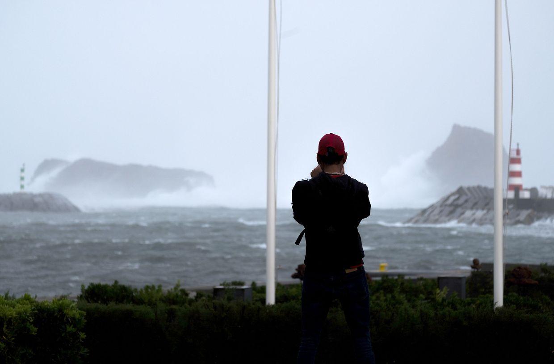 Stürmischer Seegang in der Bucht Madalena auf der Insel Pico im Nordostatlantik. Mit Hurrikan Lorenzo prallte der stärkste Wirbelsturm im Ostatlantik auf die Inselgruppe der Azoren.