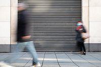 ARCHIV - 16.12.2020, Baden-Württemberg, Stuttgart: Passanten gehen an geschlossenen Läden vorbei. Viele Menschen in Baden-Württemberg befürchten eine Verödung der Innenstädte als Folge der Corona-Krise. Das ergab eine Umfrage des Instituts für Demoskopie Allensbach im Auftrag aller Tageszeitungen im Südwesten. Foto: Sebastian Gollnow/dpa +++ dpa-Bildfunk +++