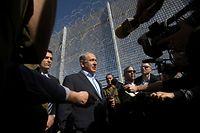 Israels Premier Benjamin Netanyahu (M.) steht auf dem Kriegsfuß mit der Presse.