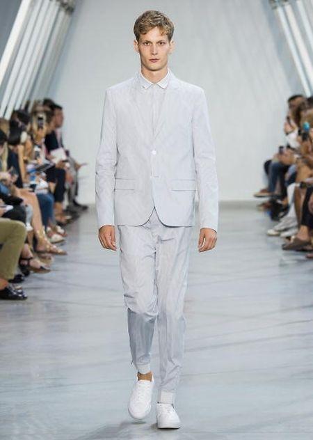 Der Herr in Off-White: Bei Lacoste ist das diesen Sommer erlaubt.