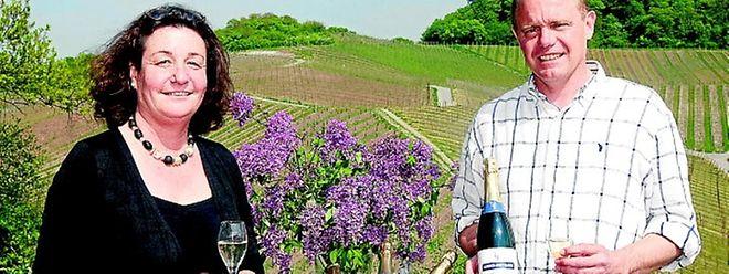 """Chantal und Yves Sunnen präsentieren in ihrem Weinberg die 2009er Cuvée """"L&F"""", der als erster Crémant mit ausschließlich biologischen Trauben hergestellt wurde. (FOTO: GERRY HUBERTY)"""