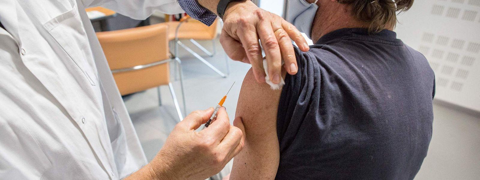 Pour l'heure, près de 10.000 personnes ont pu bénéficier des deux injections recommandées.