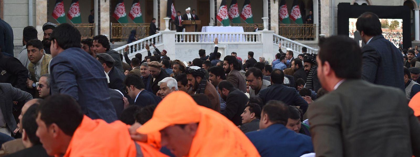 A Kaboul, une explosion retentit alors que le président Ashraf Ghani prononce son discours d'investiture.
