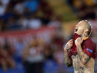 Roma's midfielder Radja Nainggolan of Belgium reacts during the UEFA Champions League second leg play off football match between Roma and Porto at the Olympic Stadium in Rome on August 23, 2016. / AFP PHOTO / FILIPPO MONTEFORTE